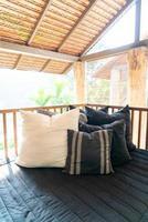 il cuscino decora sul divano sul terrazzo del balcone foto