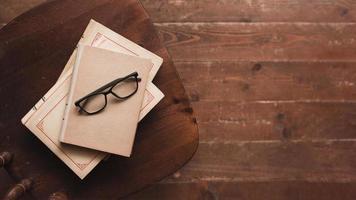 occhiali per libri vista dall'alto. bellissimo concetto di foto di alta qualità
