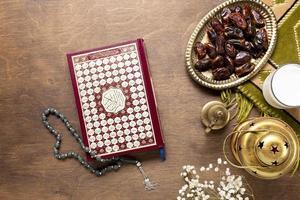 Corano perline di preghiera tavolo in legno. bellissimo concetto di foto di alta qualità