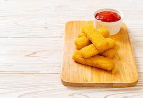 bastoncini di pesce fritti croccanti con ketchup foto
