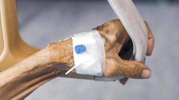 concetto di assistenza sanitaria e medica. anziano con ago per iniezione foto