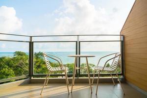 bellissimo patio esterno con sedia e tavolo foto
