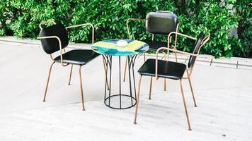 mobili con sedia e tavolo vuoti foto