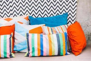 cuscino sul divano foto
