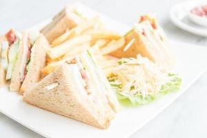 club sandwich nel piatto bianco foto