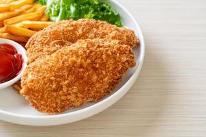 filetto di petto di pollo fritto con patatine fritte e ketchup foto
