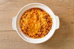 ciotola di noodle istantanei piccanti con mozzarella foto