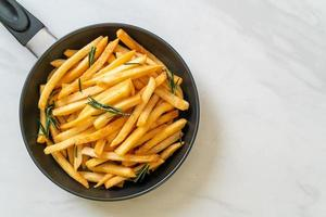 un piatto di patatine fritte foto