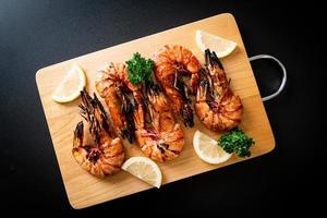 gamberoni alla griglia o gamberi al limone su un piatto foto