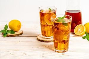 bicchiere di tè freddo al limone con menta foto