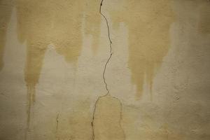 muro di cemento incrinato foto