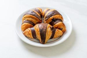 croissant fresco al cioccolato su piatto foto