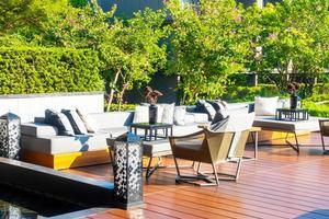 cuscini con sdraio sul patio esterno e divano sul balcone in giardino foto
