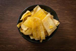 chips di banana banana affettata fritta o al forno foto
