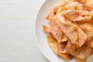 chips di taro taro affettato fritto o al forno foto
