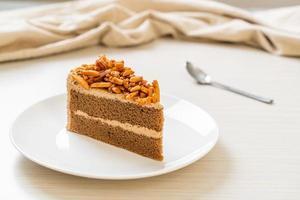 torta di mandorle al caffè fatta in casa su piatto bianco foto