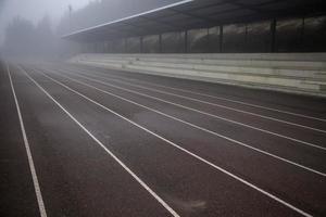 pista da corsa nella nebbia foto