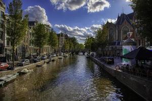 case tipiche e canale d'acqua foto