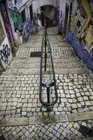 scale nel quartiere di alfama, lisbona foto