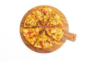 pizza ai frutti di mare su vassoio di legno isolato su sfondo bianco foto