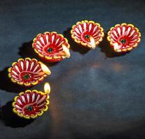 Clay diya lampade accese durante la celebrazione del diwali durante il festival indiano della luce indù chiamato diwali foto