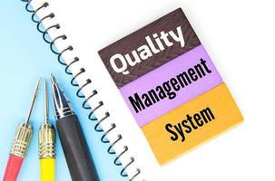 cubi colorati, penne e parole sistema di gestione della qualità foto