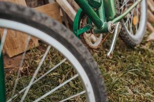 vecchia bici abbandonata rotta - arrugginita non mantenuta senza pedali foto