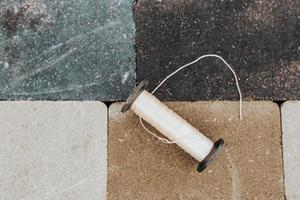 attrezzi per la posa e posa di lastre per pavimentazione - frattazzo a corda e mazzuolo foto