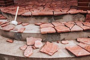 finitura di gradini in cemento con piastrelle in pietra - lavori di piastrellatura di alta qualità - dettagli dell'architettura di una casa privata foto