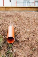 utenze interrate - tubo di plastica di drenaggio per il drenaggio dell'acqua foto