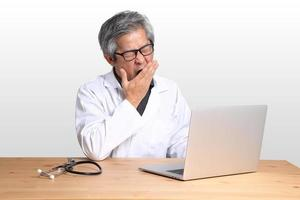 uomo asiatico seduto foto