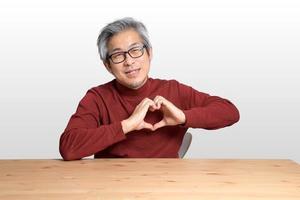 uomo asiatico alla scrivania foto