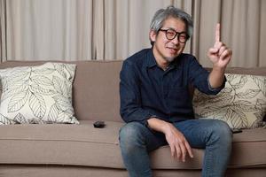 uomo asiatico in soggiorno foto