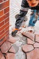 piastrelle per pavimenti in arenaria - pezzi di granito di diverse forme e dimensioni per la decorazione foto