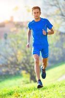 atleta professionista di corsa in montagna in allenamento foto