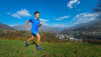 un atleta professionista di montagna si allena in un paese di valle foto