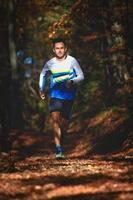 corridore professionista nel bosco durante un allenamento foto