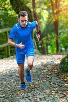corridore di corsa in alta montagna durante un allenamento in salita foto