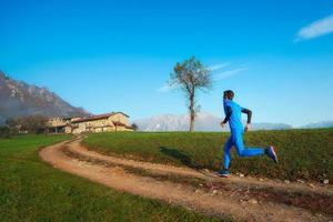 runner atleta allenamento professionale su uno sporco di montagna foto