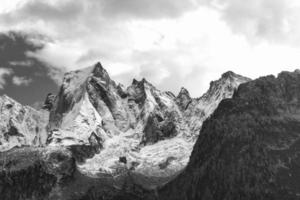 la parete nord della montagna delle alpi retiche in svizzera. pizzo badile foto