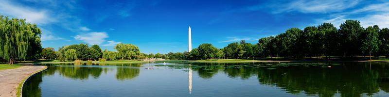 vista panoramica del monumento di Washington riflessa su un lago a Washington DC, Stati Uniti d'America. foto