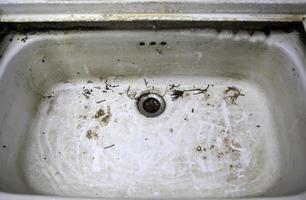 lavandino sporco e poco igienico foto