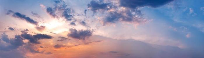 drammatico cielo panoramico con nuvole all'alba e al tramonto. foto