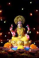 lakshmi - dea indù, dea lakshmi. dea lakshmi durante la celebrazione del diwali. festival indiano della luce indù chiamato diwali foto