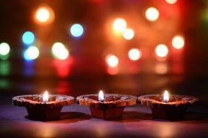 lampade diya di argilla accese durante la celebrazione del diwali. biglietto di auguri design indiano festa della luce indù chiamato diwali foto