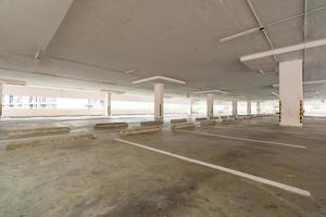 parcheggio vuoto o garage interno foto