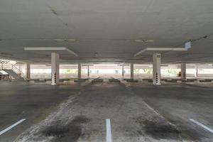 parcheggio o garage vuoto foto