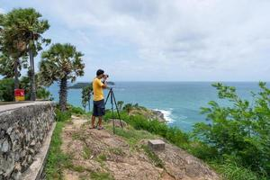 un professionista scatta una foto di una vista di un paesaggio