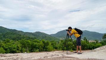 fotografo professionista maschio in alta montagna scatta una foto