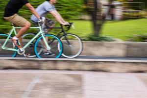 andare in bicicletta in movimento panning foto
